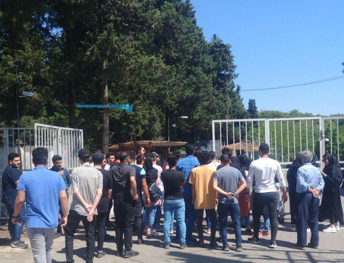 کارمندان و دانشجویان غیرانتفاعی شمال آمل در مقابل این دانشگاه تحصن کردند